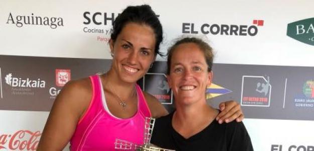 Aliona Bolsova y Lourdes Domínguez tras ganar un título.