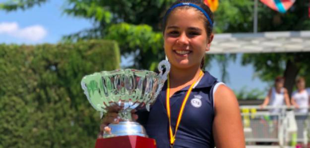 África Burillo sosteniendo uno de los títulos conquistados en 2019. Fuente: Spanish Tennis Way