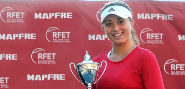 Paula Badosa con su trofeo de Campeona de España. Fuente: RFET