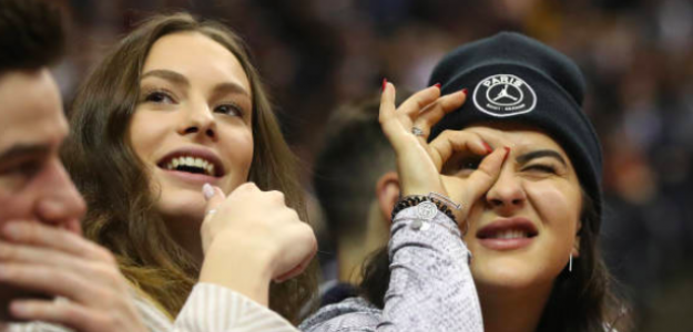 Bianca Andreescu viendo un partido de baloncesto. Fuente: Getty