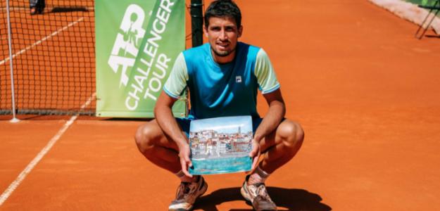 Pedro Cachín con el título de campeón en Oeiras. Fuente: Getty