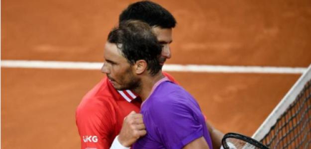 Nadal y Djokovic se abrazan tras la última final del Masters 1000 de Roma. Fuente: Getty