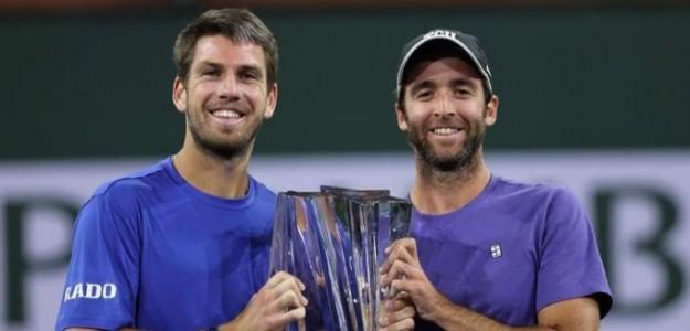 Cameron Norrie y Facundo Lugones posan con el título de Indian Wells 2021. Fuente: ATP