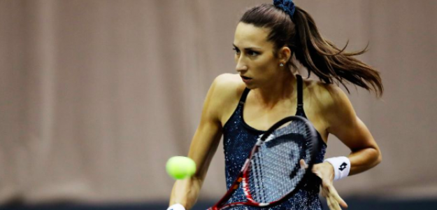 Georgina García golpeando de revés. Fuente: WTA