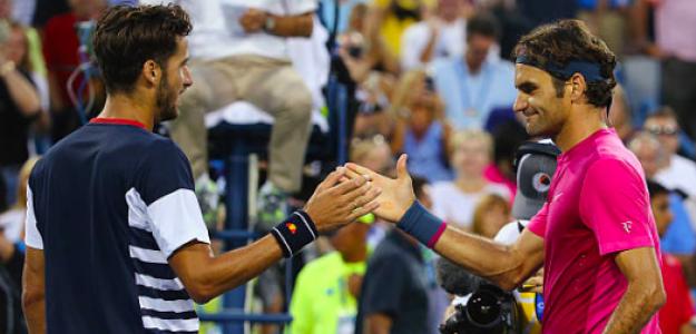 Feliciano López y Roger Federer se dan la mano en un partido. Fuente: Getty