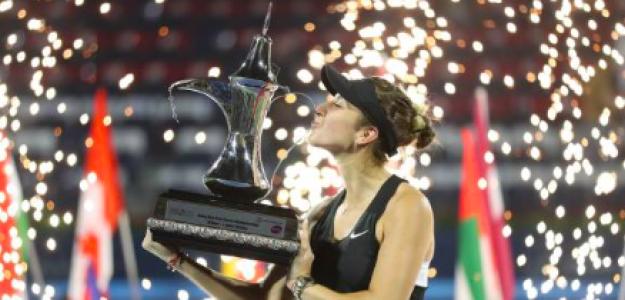 Belinda Bencic posa con el título de Dubai. Fuente: Getty