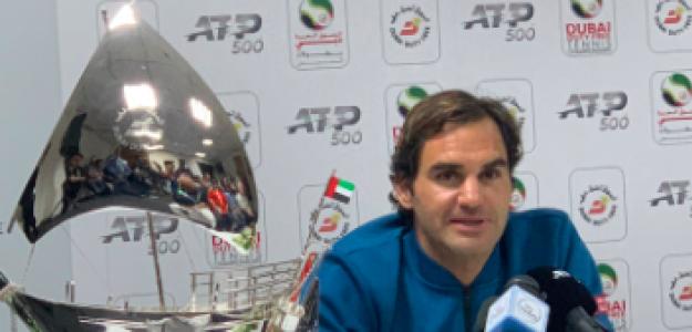 Roger Federer acompañado de su nuevo trofeo. Duente: Dubai