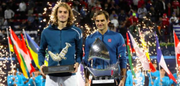 Tsitsipas y Federer en la entrega de trofeos de Dubai. Fuente: Getty