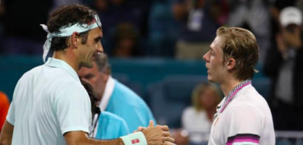 El cruce de manos entre Federer y Shapovalov. Fuente: Getty