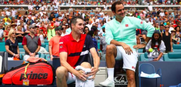 Bonita imagen de Isner y Federer en la entrega de trofeos. Fuente: Getty