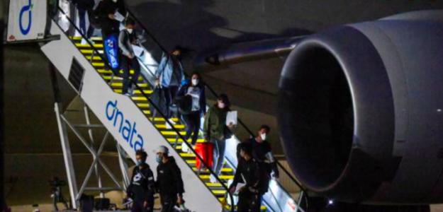 Los jugadores aterrizando en Melbourne. Fuente: Getty