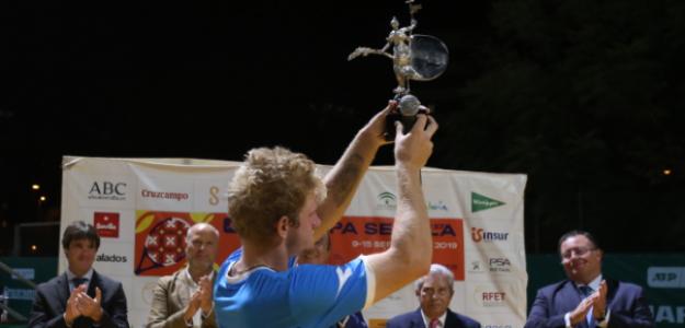 Alejandro Davidovich con el título de campeón. Fuente: Getty