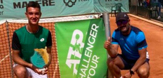 Carlos Gimeno y Fran Martínez posan con el trofeo en Gran Canaria.