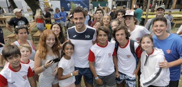 Marco Cecchinato participó de una entrevista realizada por chicos de escuelitas de tenis. Foto: Sergio Llamera / Argentina Open