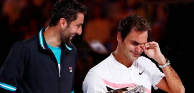 Cilic consuela a Federer, en la ceremonia de premios en Australia 2018. Foto: Getty