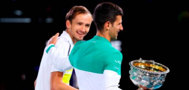 Medvedev y Djokovic en la ceremonia de trofeos. Fuente: Getty