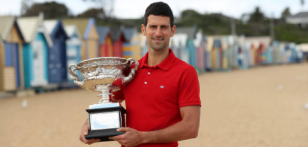 Novak Djokovic posa con el trofeo de campeón. Fuente: Getty