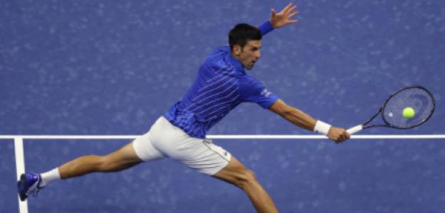 Novak Djokovic se estira para llegar a una volea. Fuente: Getty