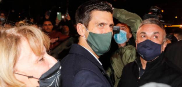 Novak Djokovic junto a su madre y su padre durante los actos de celebración de esta tarde en Belgrado. Fuente: Getty