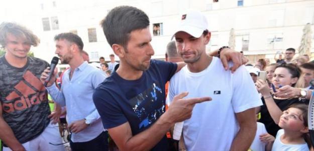 Djokovic y Dimitrov, en medio del gentío presentando el Adria Tour. Foto: LUKA GERLANC