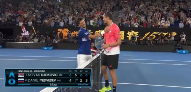 Djokovic bromea con Medvedev al término del partido. Foto: Eurosport.