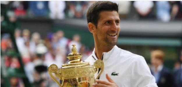 Novak Djokovic con el título de campeón en Wimbledon 2019. Fuente: Getty