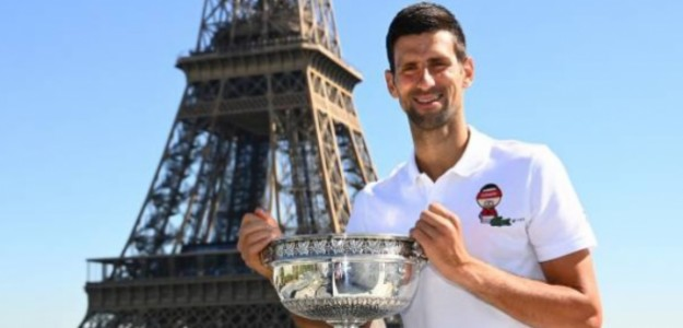 Novak Djokovic posando con la Copa Mosqueteros frente a la Torre Eiffel. Foto: Getty