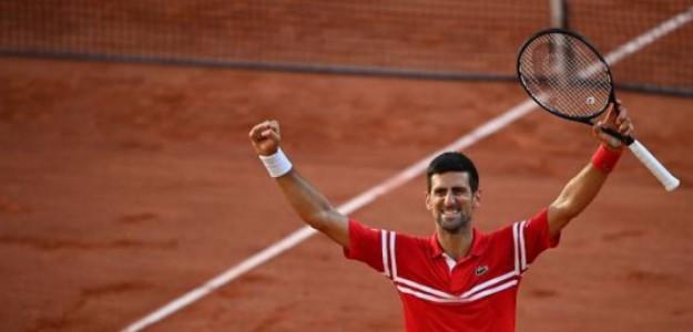 Alza los brazos al cielo Djokovic tras una batalla impresionante con Tsitsipas. Foto: Getty