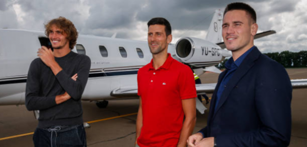 A la derecha, Djordje Djokovic junto a su hermano Novak y Sascha Zverev. Fuente: Getty