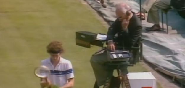 Ted James llamando a Fred Hoyles, juez árbitro del torneo.