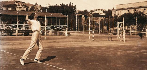 Ernest Witty jugando al tenis.
