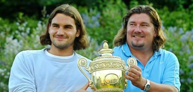 Roger Federer y Peter Lundgren con el trofeo de Wimbledon 2003. Fuente: Getty