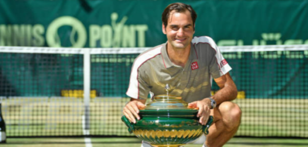 Roger Federer posa con el trofeo de Halle. Foto: Getty
