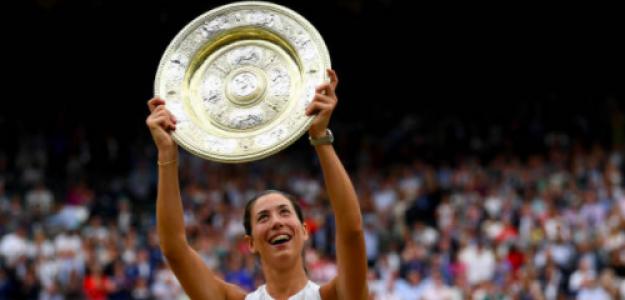 Garbiñe Muguruza con su título en Wimbledon. Fuente: Getty