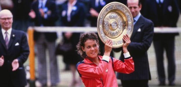 Evonne Goolagong posa con tu título en Wimbledon. Fuente: Getty