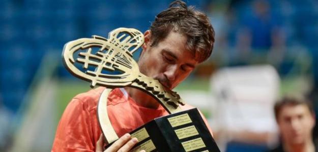 Guido Pella con el título de campeón. Foto: Getty Images