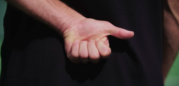 El gesto que indica el 'saque a la T'. Fuente: TennisTV