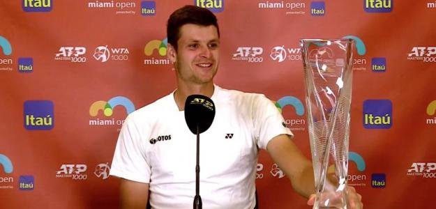 Hubert Hurkacz posa con su trofeo en Miami. Fuente. Tennis Majors