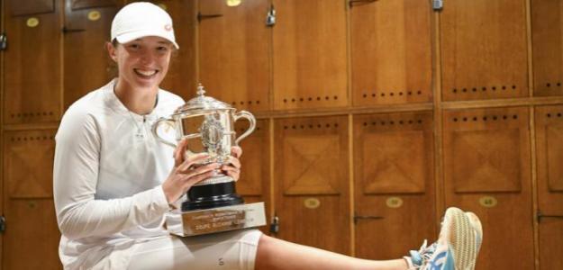 Iga Swiatek luce con su primer trofeo. Fuente: WTA