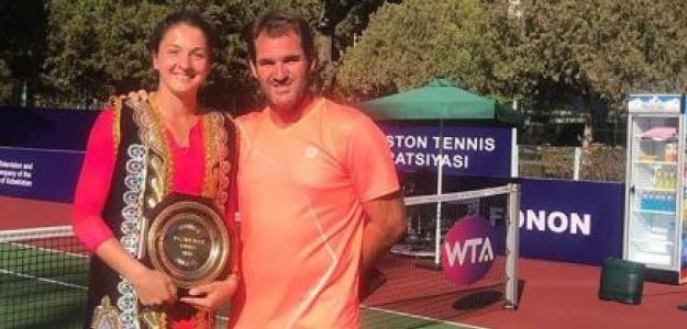 Margarita Gasparyan y Carlos Martínez posan con el título en Tashkent.