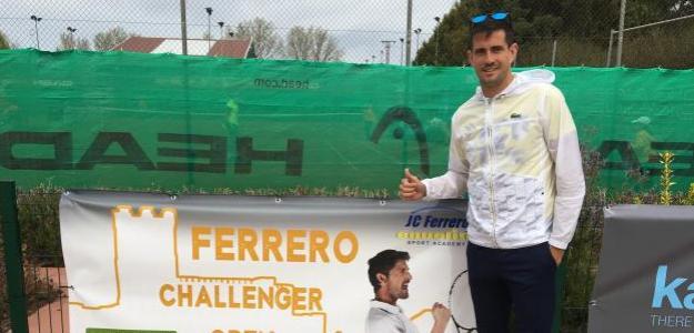 Guillermo García López posa con el cartel del torneo. Fuente: Fernando Murciego