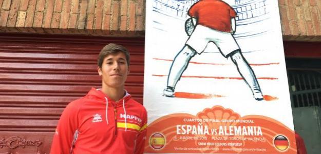Carlos López delante del cartel de la Copa Davis. Fuente: Fernando Murciego