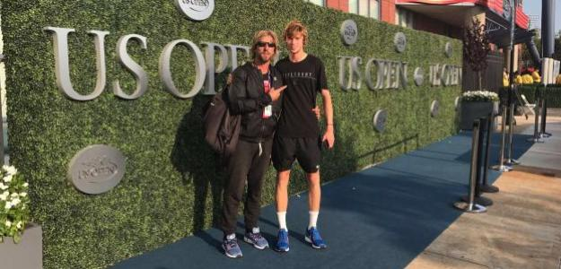 Fernando y Andrey con el logo del US Open