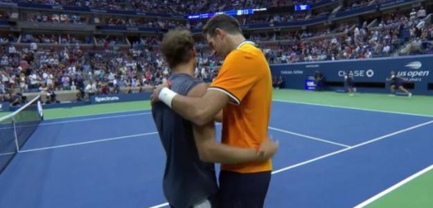Abrazo de consolación al terminar el partido. Fuente: Eurosport