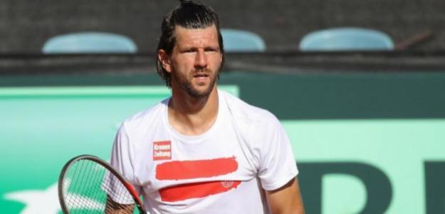 Jurgen Melzer carga contra Djokovic. Foto: gettyimages