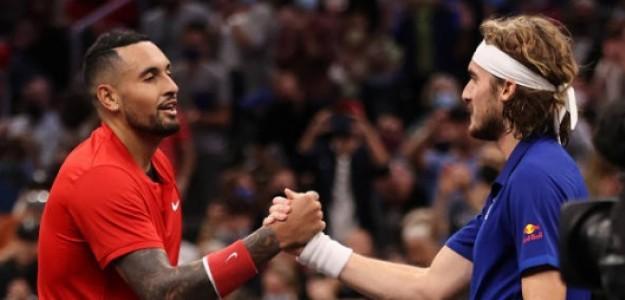 Kyrgios y Tsitsipas chocando palmas tras acabar su duelo. Foto: Getty