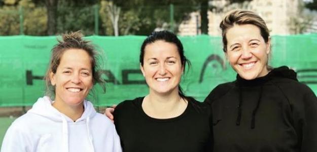 Lara Arruabarrena junto a sus nuevas entrenadoras, Lourdes Domínguez y Ana Alcázar.