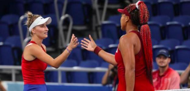 El saludo de Marketa Vondrousova y Naomi Osaka. Fuente: Getty