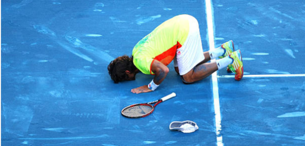 Fernando Verdasco besa la tierra azul de Madrid tras vencer a Nadal en 2012. Fuente: Getty