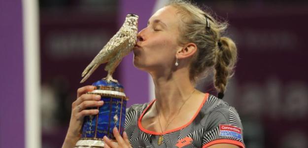 Elise Mertens besa el trofeo de campeona en Doha. Fuente: Getty